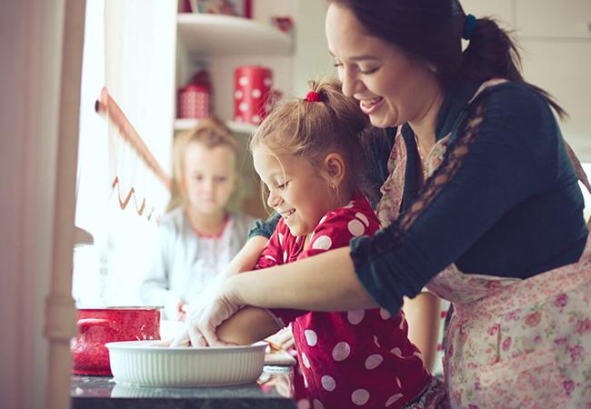 mamá con su hija en la casa
