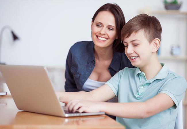adolescente mamá tarea computadora